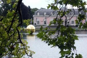 """Die mit reinem Gold überzogene Kugel ist Blickfang der Ausstellung """"The Perfect Axis"""" in Schloss Benrath."""